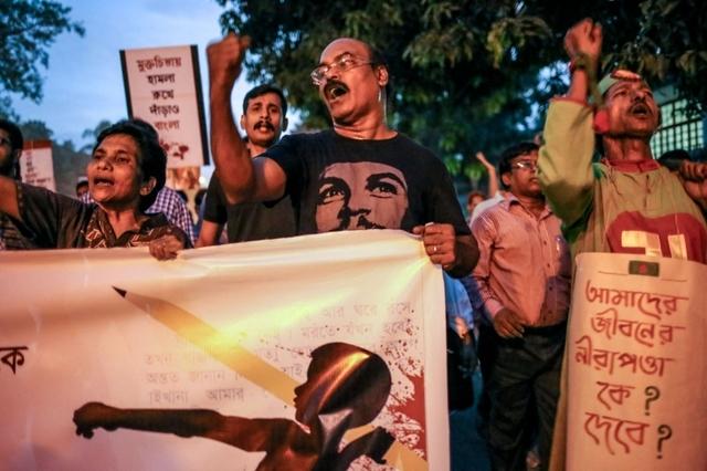 Un cortège lors de manifestations en guise de protestation contre l'assassinat de plusieurs blogueurs et écrivains à Dhaka, au Bangladesh, en novembre 2015.